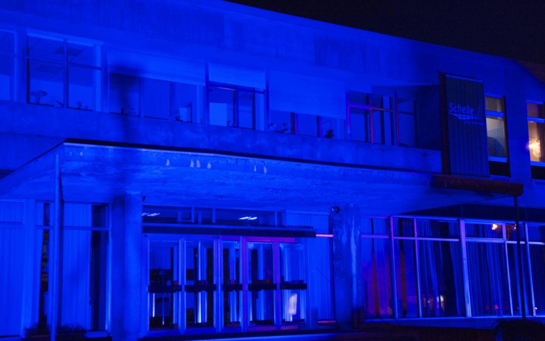 Gemeentehuis blauw verlicht in maart tijdens 'maand van de strijd tegen dikkedarmkanker'