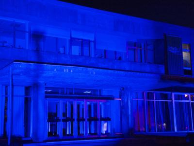 Gemeentehuis blauw verlicht tijdens maand darmkanker